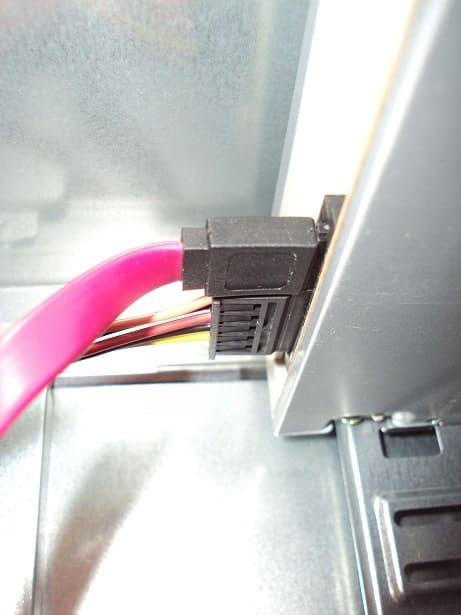 Cable de alimentación y cable SATA conectados