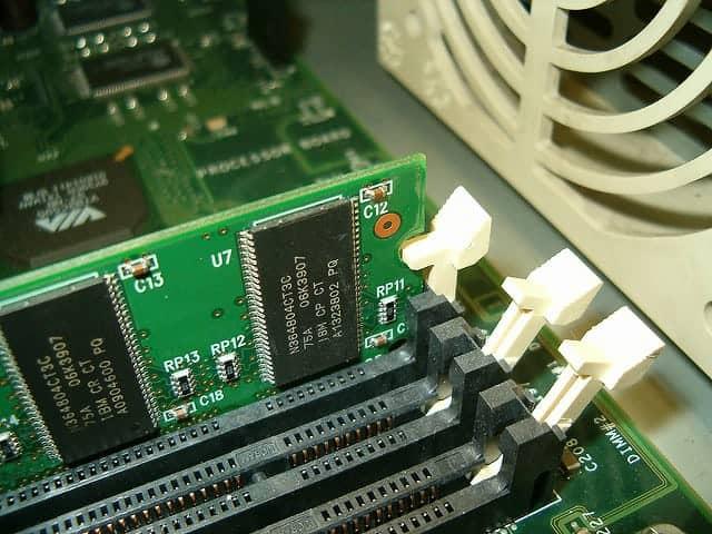Pestillos de la ranura de memoria RAM